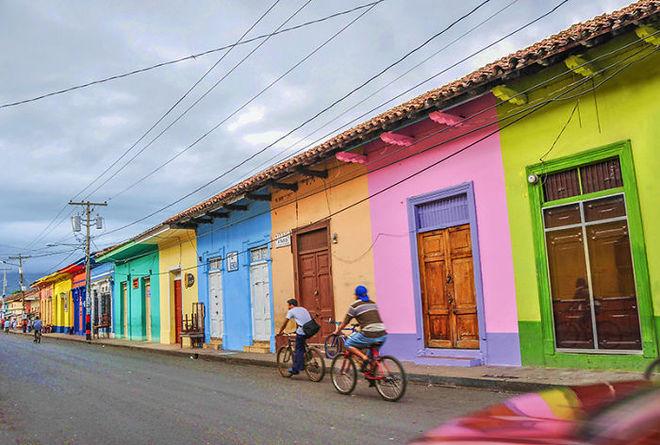 Con phố nhỏ ở Granada, Nicaragua, trở nên sinh động và có hồn hơn rất nhiều khi được điểm tô.