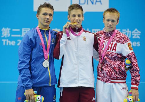Esztergalyos Patrik (giữa) đẹp trai nổi bật trên bục nhận huy chương.