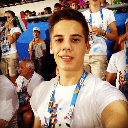 Esztergalyos Patrik cực thích chụp selfie cười nhếch mép.
