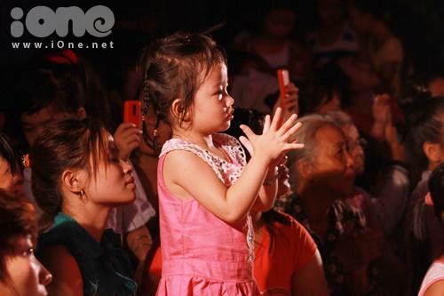 Một fan nhỏ tuổi yêu thích MiA liên tục vỗ tay theo màn trình diễn của cô trên sân khấu.