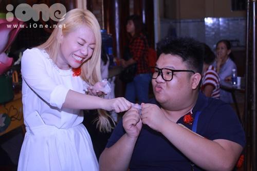 Chàng béo Vương Khang xuất hiện tại chương trình phụ giúp công việc cho mẹ anh  một trong những BTC đại lễ Vu Lan tại chùa Pháp Liên. Tranh thủ thời gian nghĩ ngơi, anh cùng MiA nhí nhố giành ăn bánh tráng khiến mọi người bật cười thích thú vì sự đáng yêu của cả hai.