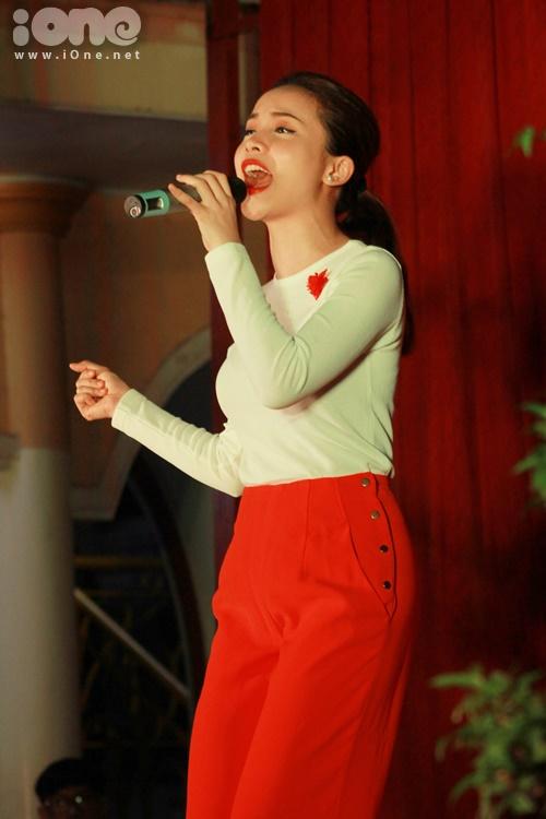 Nhằm thay đổi không khí cho chương trình thêm phần sôi động, Yến Trang mang đến ca khúc Con bướm xuân nhận được sự ủng hộ nhiệt tình từ khán giả tại huyện Hóc Môn.