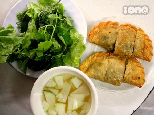 Một phần bánh gối thơm ngon cùng rau tươi, nước chấm thơm lừng, đủ cho teen một bữa chiều no căng rồi.
