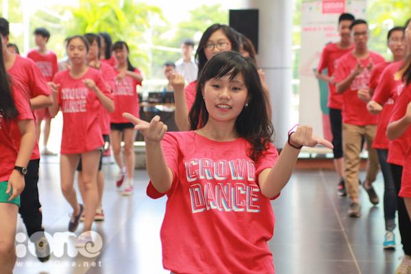 Màn nhảy tập thể vui nhộn tạo một không khí vui vẻ, giúp teens gắn kết nhau trước thềm năm học mới.