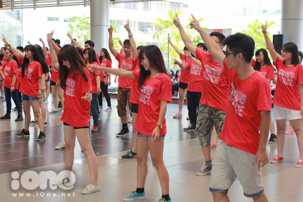 đối với các học sinh khóa  2014-2017 mớivào trường, Crowd Dance chính là cơ hội để kết nối, giao lưu, làm quen với những người bạn sẽ cùng sát cánh bên mình trong ba năm tới.