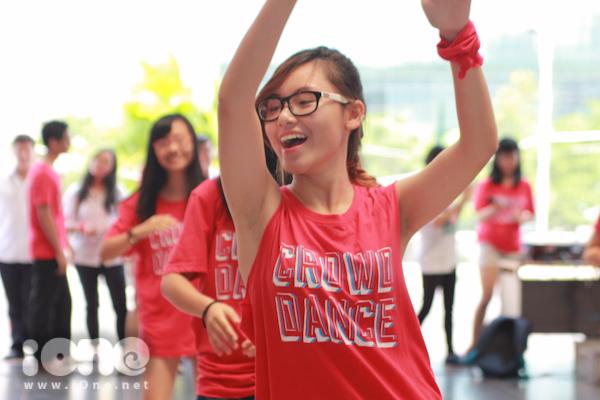 Trước đó nhiều ngày, các Amser đã tham gia những buổi tập  để có được màn nhảy theo đúng phong cách phim tuổi teen High School Musical.