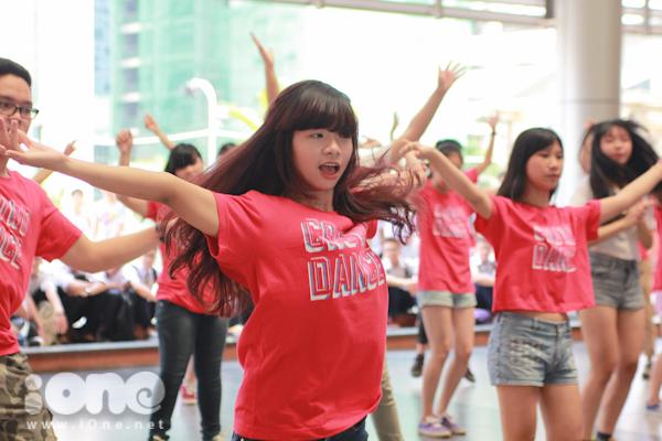 Kiểu nhảy đồng diễn của các học sinh trong trường như thế này gợi nhớ đến những vũ điệu sôi động của bộ phim đình đám của học trò và được Teen Ams tái hiện lại.