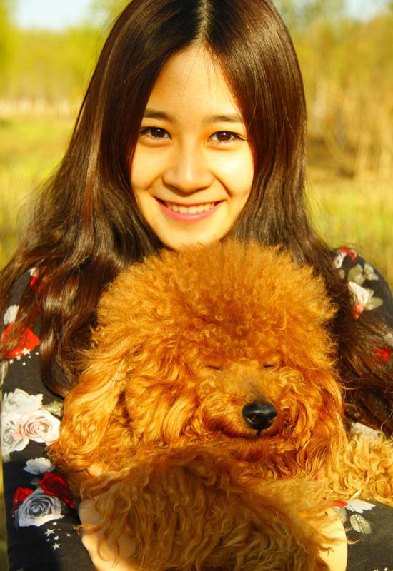 Chu Y Huyên được nhiều người yêu mến bởi vẻ đẹp dịu dàng, bình dị và nụ cười ngọt ngào. Cô nàng thuộc cung Ma Kết, thích đọc sách, du lịch và chạy bộ.