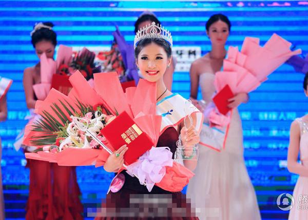 1. Hồ Mộng Dao là sinh viên năm thứ hai ngành hàng không của ĐH Ngoại ngữ Tứ Xuyên, thành phố Trùng Khánh. Cô gái xinh đẹp cao 1m73 vừa giành ngôi quán quân cuộc thi hoa khôi Trùng Khánh với nụ cười rạng rỡ.