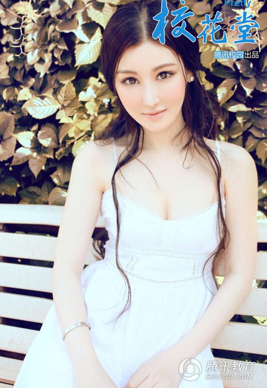 Mạnh Hy Dao khoe nét đẹp quyến rũ với mái tóc dài gợn sóng.