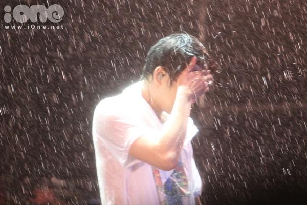 JYJ lặng người cùng fans khóc dưới cơn mưa lớn