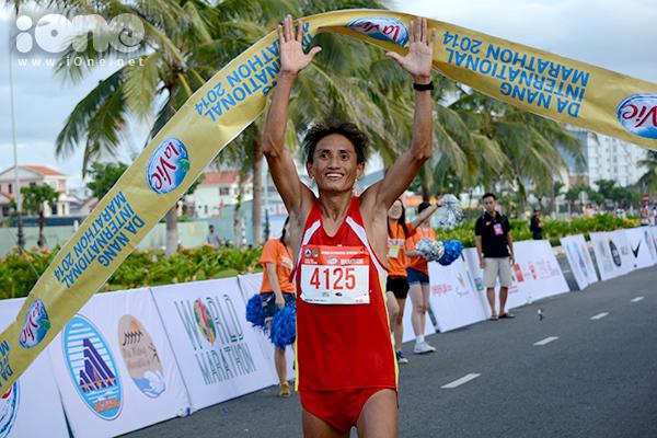 Đa số vị trí đầu tiên trên bảng xếp hạng nội dung Marathon, bán Marathon của nam và của nữ đều do các VĐV Việt Nam nắm giữ. Ảnh: VĐV Trần Văn Lợi, người về đích đầu tiên nội dung Marathon dành cho Nam.