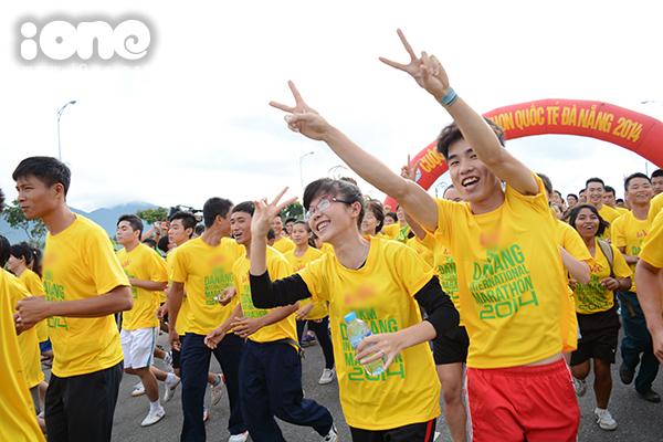 Bầu không khí đông vui và náo nhiệt ở những giây xuất phát tại đường chạy 5 km.