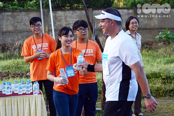 Sự có mặt của các bạn trẻ làm tình nguyện viên đã góp phần làm nên thành công của cuộc thi. Do nội dung Marathon và bán Marathon xuất phát từ 4h và 4h30, toàn bộ các tình nguyên viên đều có mặt tại địa điểm tổ chức từ 1h30 sáng 31/8.