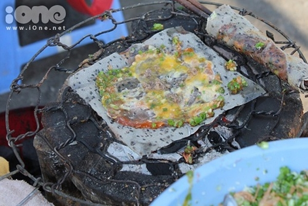 Bánh tráng nướng 3k là món tủ của những teen mê ăn vặt tại khu vực làng đại học Thủ Đức. Ảnh: Nhật Huy Trần.