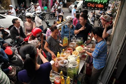 Rất nhiều tín đồ ăn vặt Sài thành phải xếp hàng, lấy số thứ tự để mua được một phần bánh tráng trộn nổi tiếng trong hẻm Nguyễn Thượng Hiền. Ảnh: VnExpress.