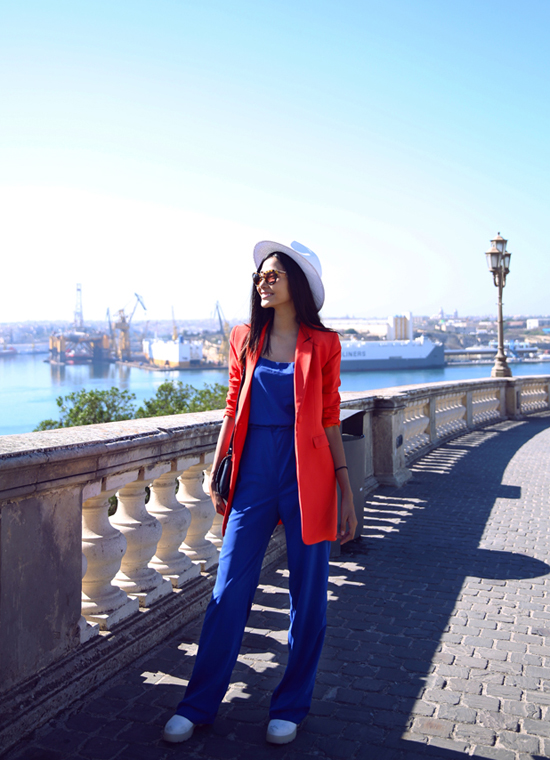 Những ngày qua, quán quân Vietnams Next Top Model 2011 Hoàng Thùy đã tham gia chuyến công tác dài ngày tại Malta, Ý cùng với ekip của nhà thiết kế Hoàng Hải. Tranh thủ khoảng thời gian nghỉ ngơi, cô có dịp khám phá thành phố Malta xinh đep.