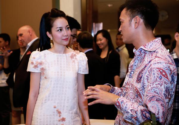 Người đẹp vui vẻ trò chuyện cùng DJ Trí Minh - đạo diễn âm nhạc của show thời trang.