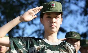 Nữ sinh Trung Quốc đẹp trong veo trong trang phục lính