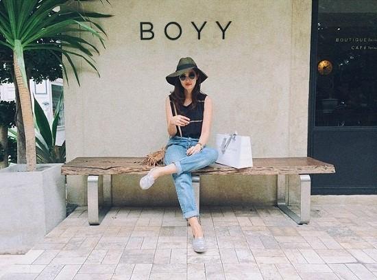 """Sinh năm 1989 và là một trong số những hot girl đời đầu nhưng đến nay Bua vẫn là cái tên được giới trẻ yêu thích bởi phong cách thời trang đơn giản mà sành điệu. Cô nàng được mệnh danh là """"hot girl Instagram"""" với lượng follow thuộc hàng Top trong giới hot girl Thái."""