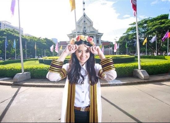 Không chỉ sở hữu ngoại hình xinh đẹp, Nansasira còn có sở thích vô cùng đặc biệt với động cơ. Hiện tại, cô nàng theo học ngành khoa học kỹ thuật thuộc đại học Chulalongkorn.
