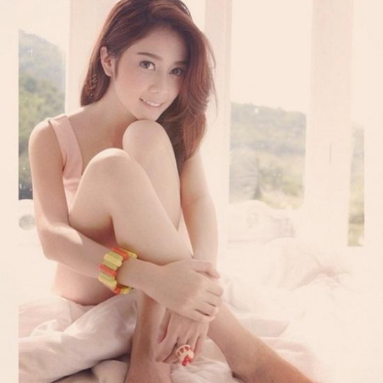 Aom Sarita là hot girl sinh năm 1992 sở hữu lượng fan đông đảo ở Thái Lan nhờ vẻ ngoài trong sáng, dịu dàng. Từng tốt nghiệp cử nhân báo chí thuộc trường đại học Srinakharinwirot nhưng cô nàng này không theo đuổi sự nghiệp viết lách mà rẽ ngang sang ngành giải trí.
