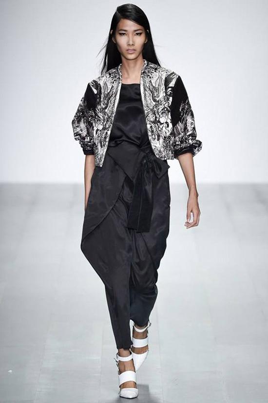 Vào 21 giờ tối qua, ngày 12/9 tại tòa nhà Somerset House, London, Anh đã diễn ra show trình diễn bộ sưu tập Xuân Hè 2015 của thương hiệu Jean Pierre Braganza thuộc khuôn khổ tuần lễ thời trang London - một trong 4 tuần lễ thời trang lớn nhất thế giới.