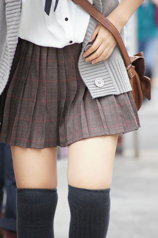 Nếu yêu thích phong cách preppy, bạn có thể áp dụng cách mix đồ này vào bất cứ hôm nào băn khoăn không biết mặc gì. Hãy chọn một đôi tất đùi màu trung tính để làm hoàn hảo thêm bộ cánh nhé.