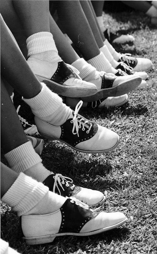 Nhắc tới thời trang âm hưởng preppy, người ta sẽ nghĩ ngay đến những đôi giày oxford đã cực kỳ nổi tiếng từ những năm 50s. Có thể nói giày oxford là biểu tượng của phong cách thời trang đậm chất hoài cổ này.