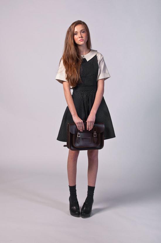 Đây là kiểu váy có thiết kế dựa trên những bộ váy đồng phục của các trường học danh giá phương Tây. Các tín đồ thời trang vintage khó có thể cưỡng lại sự kín đáo, thánh lịch nhưng vô cùng đáng yêu của mẫu váy này.