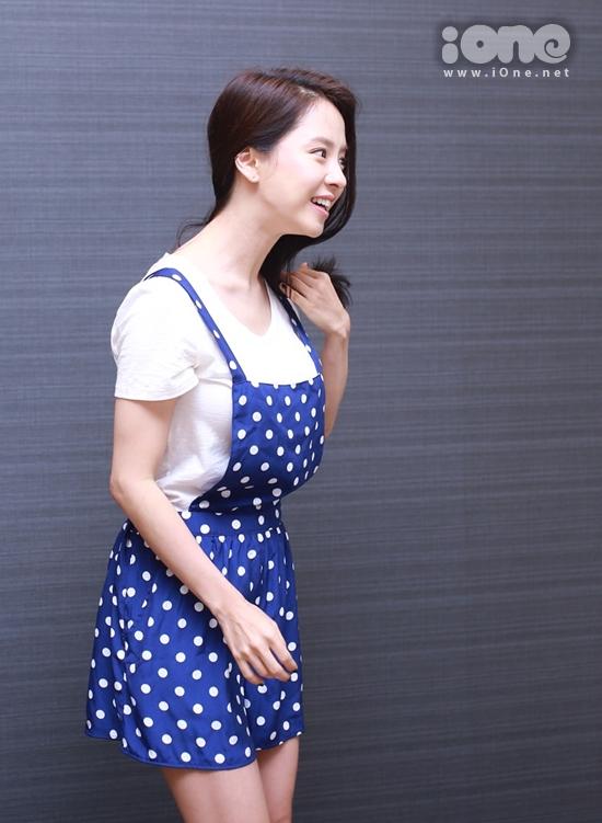 Ji Hyo lại gây ấn tượng với phong cách giản dị và nụ cười tươi.
