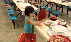 Cô bé 6 tuổi dọn bàn ăn khiến các sinh viên xấu hổ