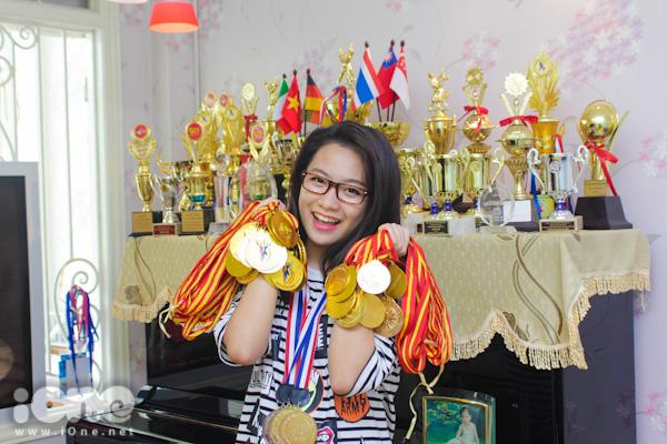 Toàn bộ cup và kỉ niệm chương giải thưởng tại các cuộc thi đấu trong và ngoài nước được Quỳnh Hương nâng niu cẩn thận. Số lượng cup mà cô đạt được trong suốt 9 năm qua lên tới hơn 40 chiếc