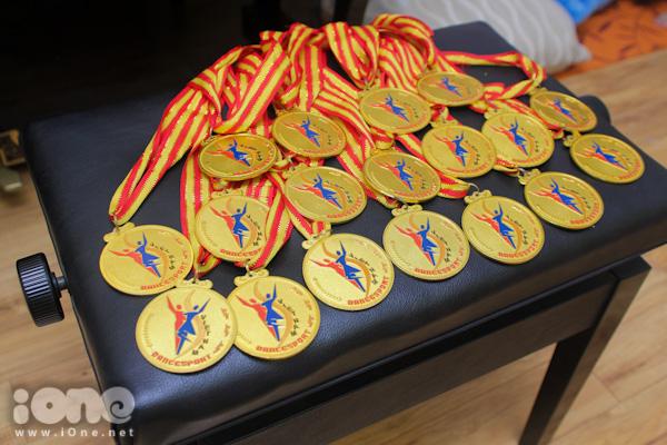Gần đây nhất, Quỳnh Hương và bạn nhảy Tuấn Đạt đã giành được 2 huy chương vàng và một huy chương bạc tại giải Grade D Open Latin 2014 được tổ chức tại Malaysia. Tổng số thành tích mà Quỳnh Hương đang sở hữu là hơn 100 huy chương và hơn 40 chiếc cúp giải thưởng. Đây là một gia tài lớn mà cô nàng đã tích cóp trong suốt hơn 9 năm miệt mài luyện tập không ngừng.