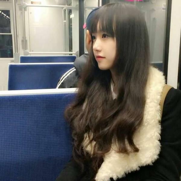 Bức ảnh Thiên Trang bị chụp lén trên tàu điện được bạn trẻ chia sẻ.