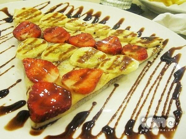 Bánh crepe ngọt nhân dâu tây, chuối và chocolate trông rất bắt mắt. Ảnh: Gà Con.