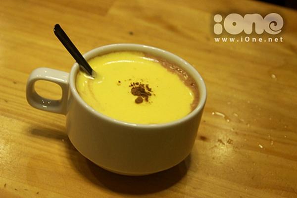 Tách cà phê trứng nóng hổi rất thích hớp cho những ngày mưa rả rích. Ảnh: Pé Heo.