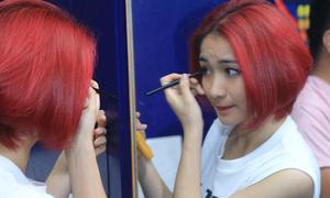Hòa Minzy điệu đà trang điểm ở hậu trường 'Tôi tỏa sáng'