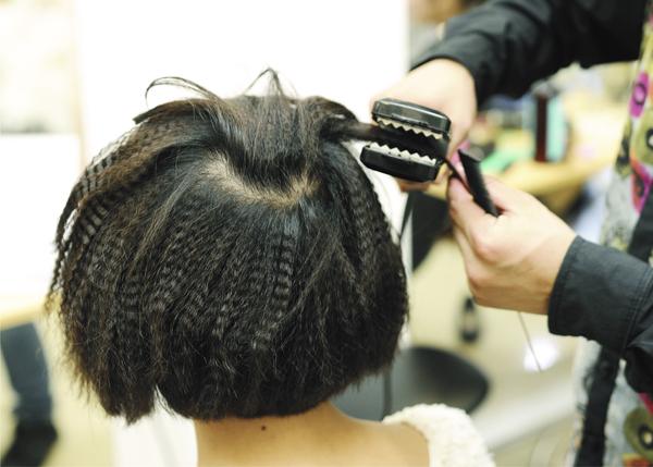 là dùng thuốc uốn tóc nóng, dập xù bằng bàn là dập xù - ưu điểm là thao tác rất nhanh, các salon nhỏ thường hay làm cho nhanh, Nhược điểm là 90 / 100 sẽ gẫy tóc (Gãy zic zac)
