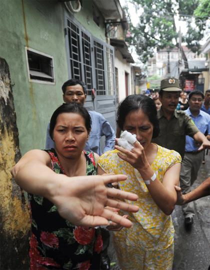 Bà Đỗ Thị Ánh Hồng đi chợ thì bị một thanh niên cầm dao, đe dọa. Tên này sau đó vào nhà bà, khống chế 3 phụ nữ và 2 đứa trẻ ở Thanh Xuân, Hà Nội. Ảnh: VNExpress