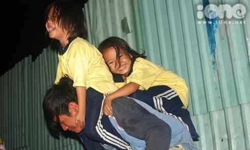 Cuộc sống đầy tiếng cười của 3 cha con mưu sinh trên vỉa hè