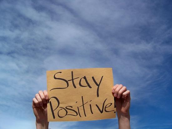 Suy nghĩ lạc quan, tích cực sẽ kéo những điều tốt đẹp và hạnh phúc đến với bạn. Ảnh: Simplicity Parenting.
