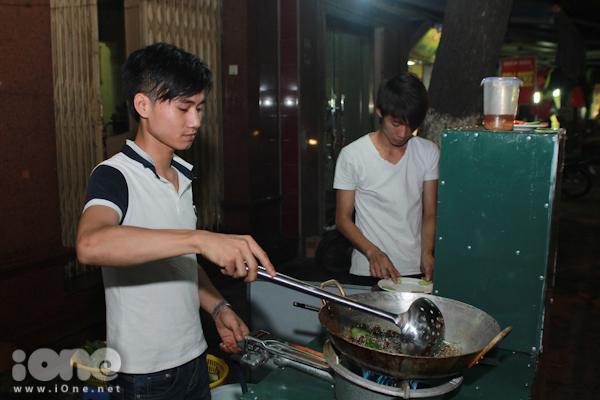 Thương (em trai Thông) cũng phụ giúp anh trai mình tại quán côn trùng vỉa hè
