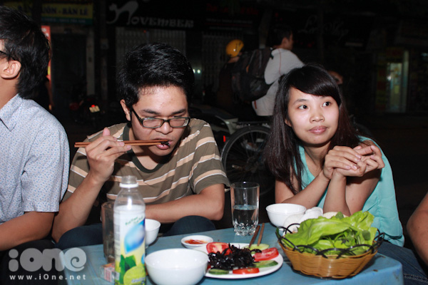Các cặp đôi cũng không ngại thử cảm giác mạnh với đồ ăn côn trùng.