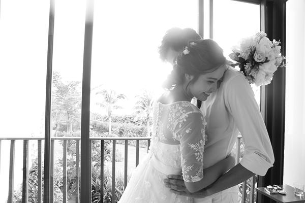 Bộ ảnh được thực hiện với sự giúp đỡ của chuyên gia trang điểm Hoàn Khang, làm tóc Phat Ng và áo cưới Hoàn Khang Bridal.