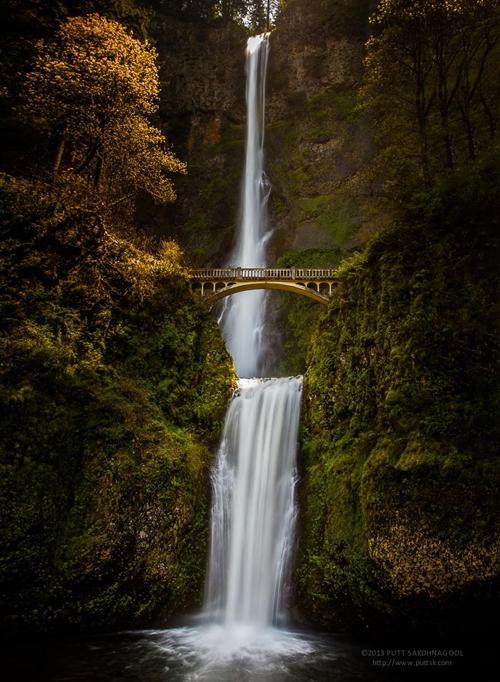: Khung cảnh hùng vĩ ở cây cầu bắc qua thác nước Multnomah, Oregon (Mỹ).