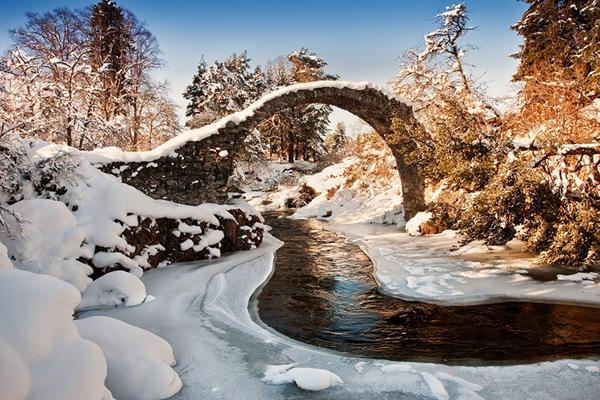 Tuyết phủ trắng xóa trên cầu Carrbridge, Scotland.
