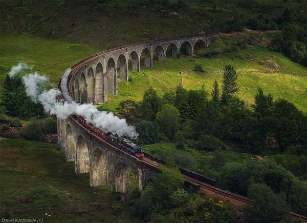 Hình ảnh tàu hỏa chạy trên cây cầu 21 mái vòm Glenfinnan Viaduct (Scotland) từng xuất hiện trong phim Harry Potter.