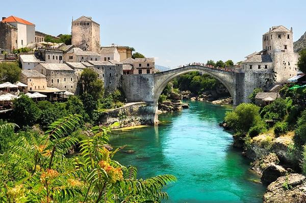 Cầu Stari Most tại thành phố Mostar, Bosnia & Herzegovina.