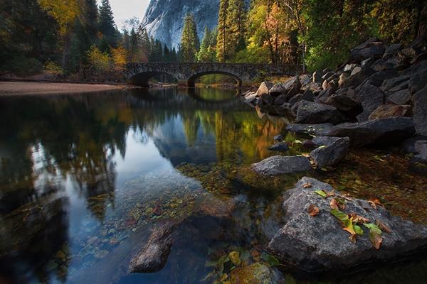 Cây cầu bắc qua sông Merced, Yosemite (Mỹ).